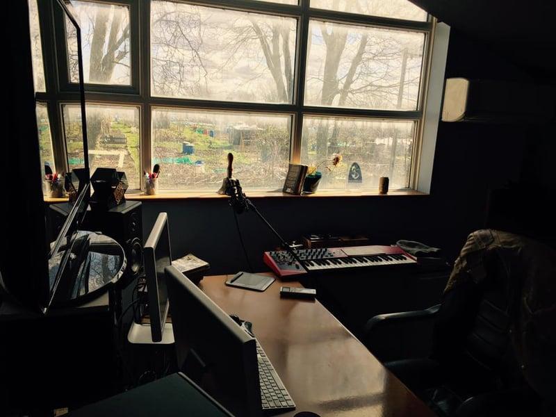 Enos Desjardins studio setup